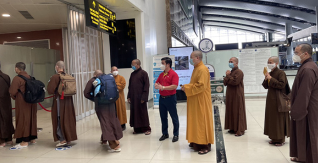 Buddhist monks volunteer to help with COVID-19 fight hinh anh 1