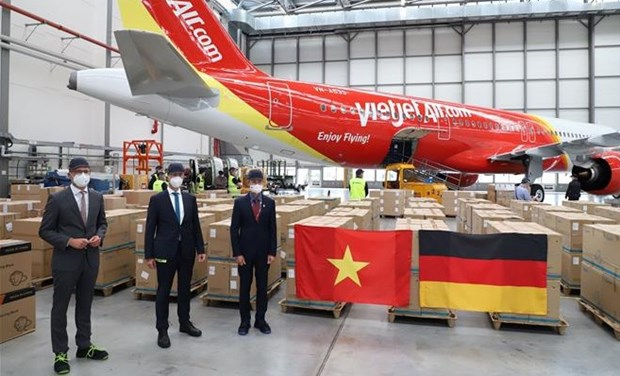 Vietjet Air flight transports relief goods from Germany to HCM City hinh anh 1