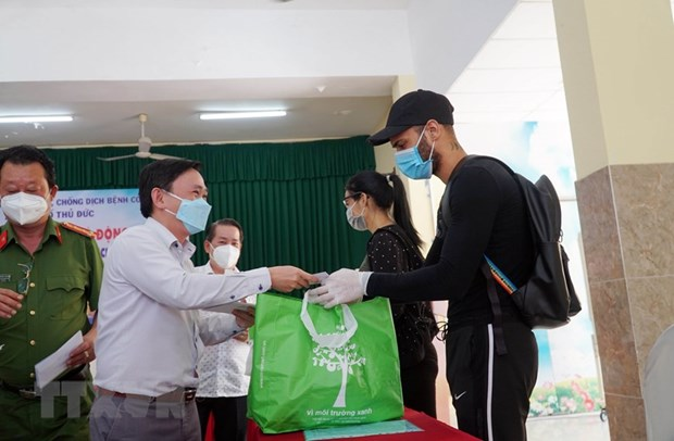 Gifts presented to foreigners in HCM City hinh anh 1