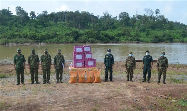 Vietnamese, Cambodian border guards coordinate in fighting COVID-19 hinh anh 1