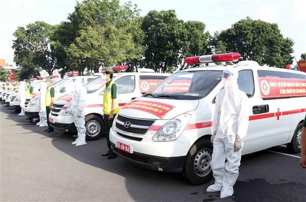 Defence ministry hands over 30 ambulances to support HCM City's COVID-19 fight hinh anh 1