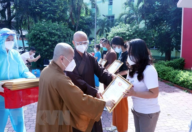 Religious volunteers in fight against COVID-19 honoured hinh anh 1