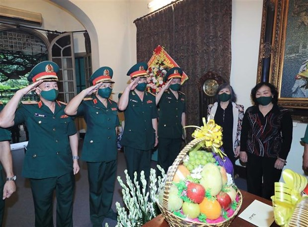 Senior military officials pay tribute to General Vo Nguyen Giap hinh anh 2