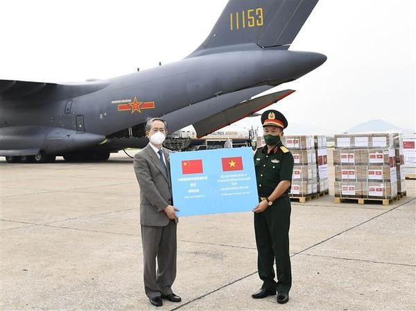 Vietnam's defence ministry receives 200,000 Vero-Cell vaccine doses donated by Chinese defence ministry hinh anh 1