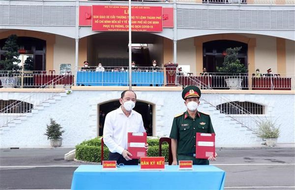 Defence ministry hands over 30 ambulances to support HCM City's COVID-19 fight hinh anh 2