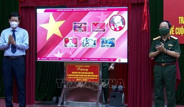 3D display system on General Vo Nguyen Giap presented to Quang Binh hinh anh 1