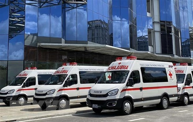 THACO donates ambulances, mobile vaccination trucks to HCM City hinh anh 1