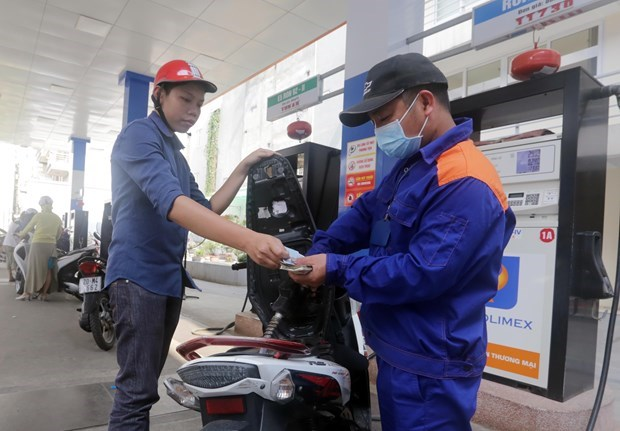 Retail petrol prices fall sharply after adjustments hinh anh 1