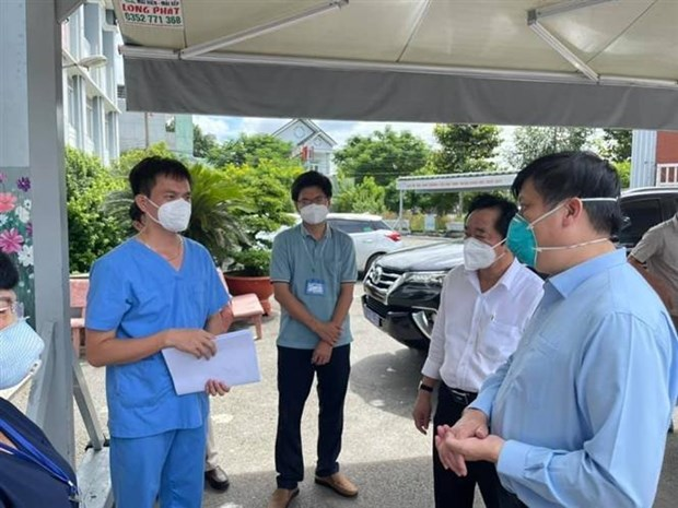 PM inspects COVID-19 treatment facilities in Binh Duong hinh anh 2