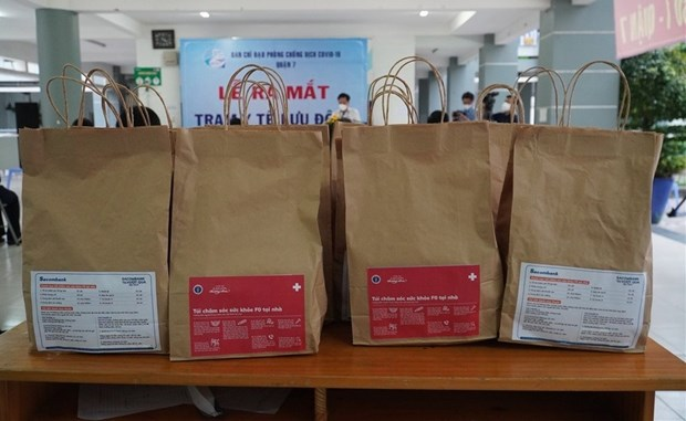 Medical bags support COVID-19 patients treated at home in HCM City hinh anh 1