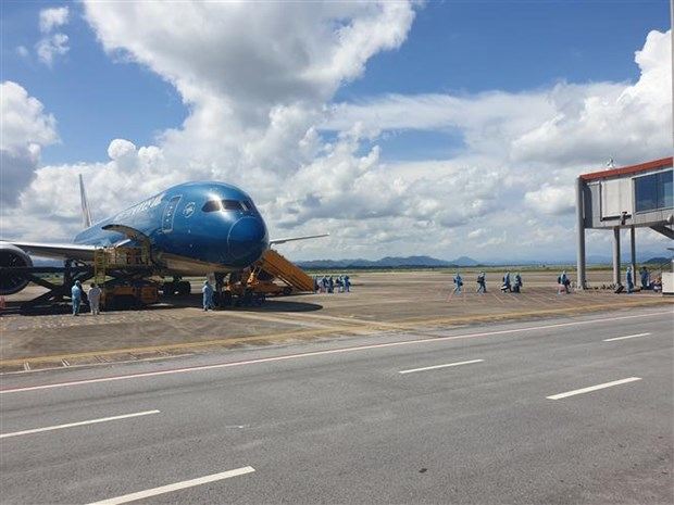 First 'COVID-19 vaccine passport' flight lands at Van Don International Airport hinh anh 1