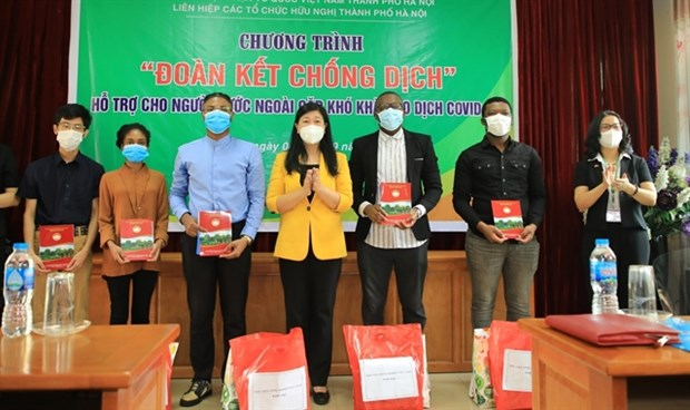 Hanoi supports foreigners in difficulties due to COVID-19 hinh anh 1