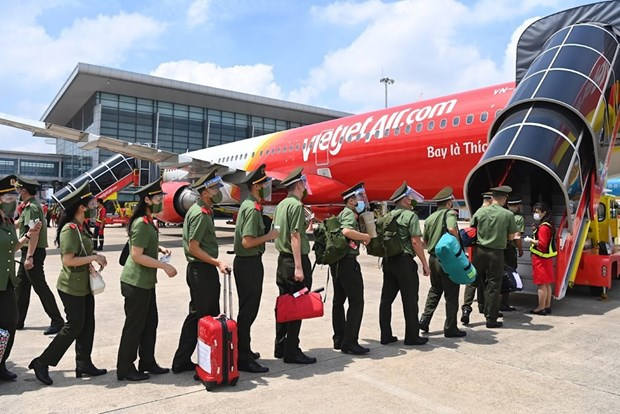 Vietjet flies nearly 1,000 policemen to support HCM City's COVID-19 fight hinh anh 2