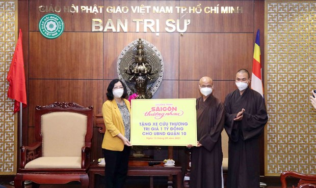 Ho Chi Minh City Buddhist Sangha donates 10 ambulances to COVID-19 fight hinh anh 1