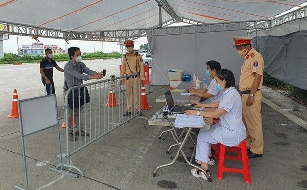 COVID-19: Hanoi installs cameras for QR code scanning at 67 checkpoints hinh anh 1