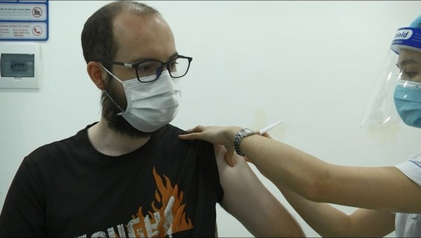 Foreigners in Hanoi delighted to get vaccinated against COVID-19 hinh anh 1