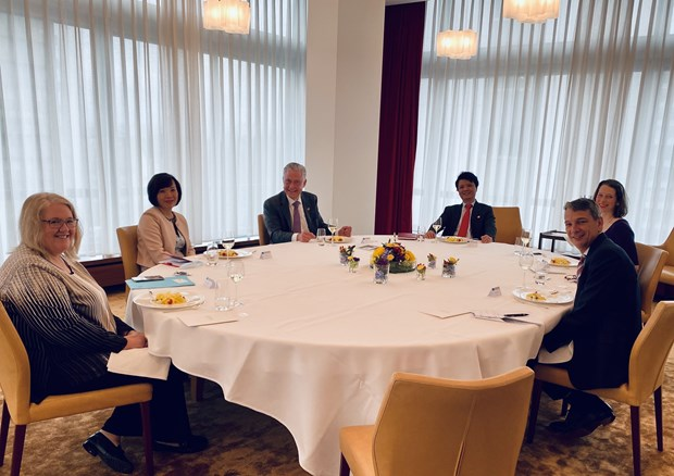 Ambassador suggests Novartis push up cooperation in drugs research, production hinh anh 1