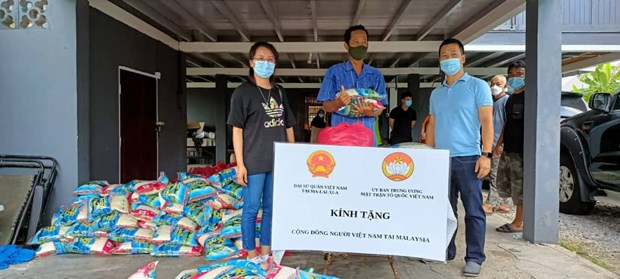 COVID-19: Vietnamese in Malaysia receive gifts hinh anh 1