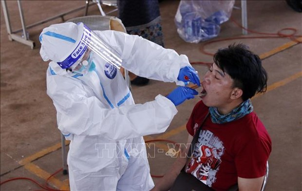 Laos intensifies pandemic prevention in capital, Malaysia to give booster shots hinh anh 1