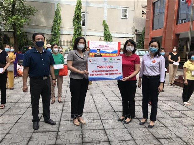 Female migrant workers in Hanoi receive gifts hinh anh 1
