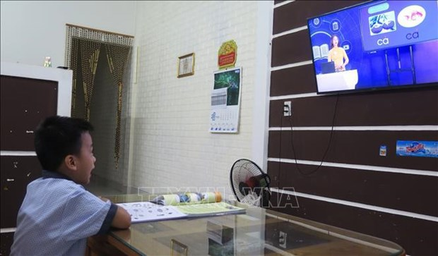 Ministry: 24 cities, provinces offer online, television teaching hinh anh 2
