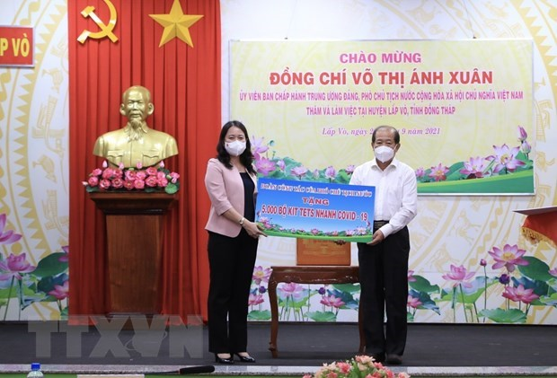 Vice President delivers COVID-19 aid to Dong Thap hinh anh 1