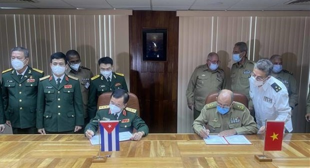 Vietnam, Cuba's defence leaders hold talks hinh anh 1