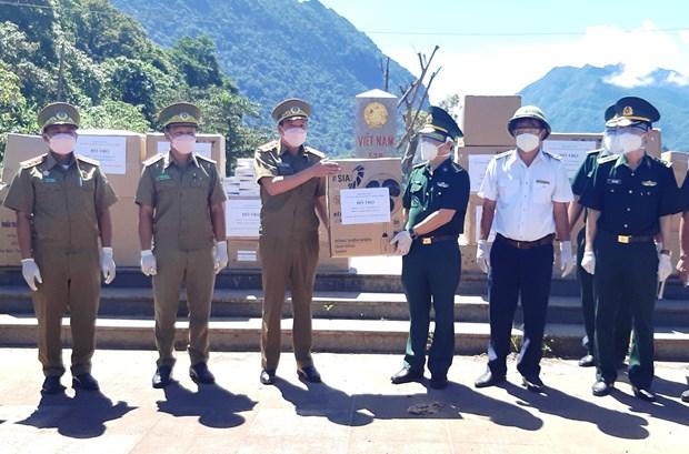 Quang Binh's border guard force presents medical supplies to Lao province hinh anh 1