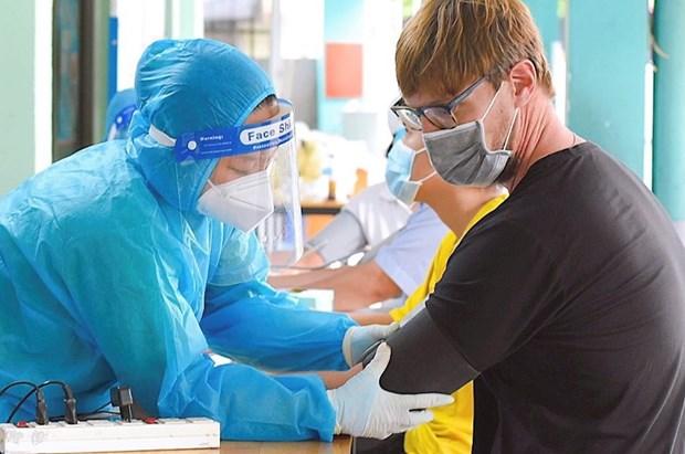 Da Nang ensures COVID-19 vaccination for overseas Vietnamese, foreigners hinh anh 1