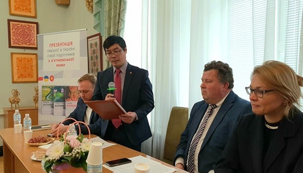 Vietnamese language textbooks launched in Ukraine hinh anh 1