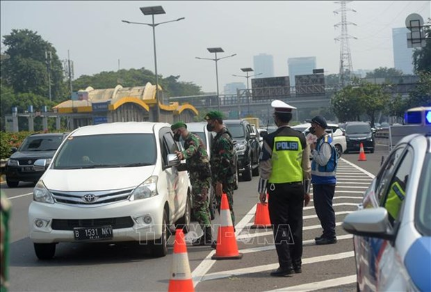 Indonesia adjusts COVID-19 restrictions according to localities hinh anh 1