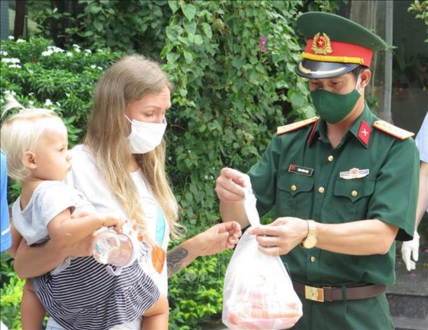 Foreigners in Khanh Hoa get support hinh anh 2