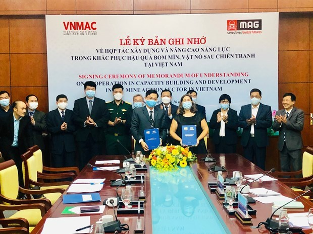 Vietnamese, UK organisations cooperate in addressing post-war bombs, mines hinh anh 2