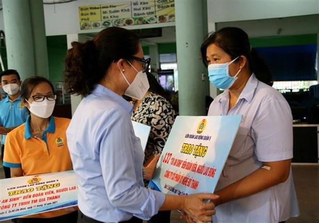 HCM City presents 200,000 welfare bags to disadvantaged workers hinh anh 1