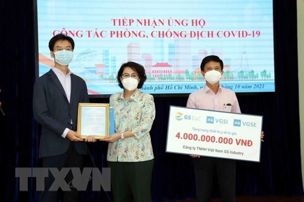 RoK Consulate General, firms donate medical supplies to HCM City hinh anh 1