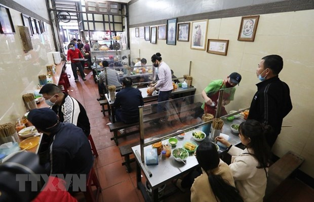 Hanoi allows reopening of in-person dining, public transport hinh anh 1