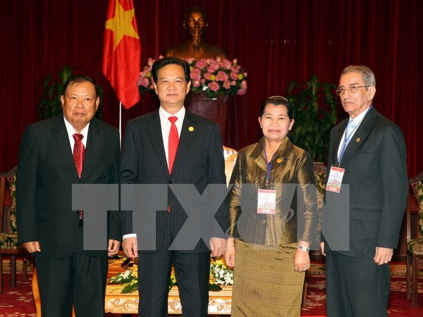 PM greets guests visiting for Reunification Day celebrations hinh anh 1