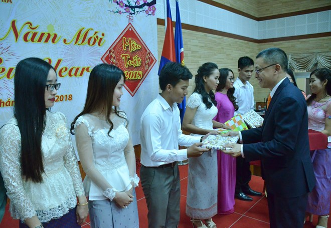 Ambassador Vu Quang Minh presents gifts to Vietnamese students in Cambodia at the banquet in celebration of Tet on February 6 (Photo: VNA)