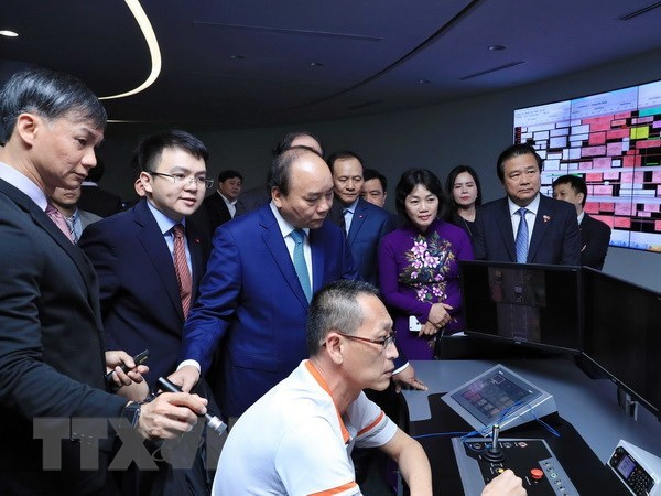 PM Nguyen Xuan Phuc visits Port of Singapore, Supply Chain City