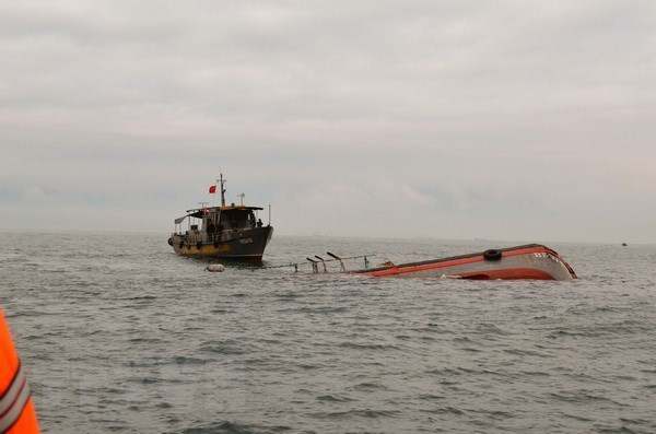 Team set up to salvage sunken fishing ship offshore Ba Ria