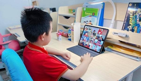 BIDV donates 25 billion VND to provide telecoms services, computers to students